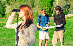 φίλοι τρία που ταξιδεύουν Στοκ φωτογραφία με δικαίωμα ελεύθερης χρήσης