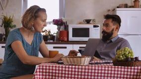 Φίλος και φίλη που δίνουν υψηλά πέντε απόθεμα βίντεο