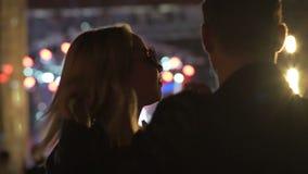 Φίλος και φίλη που κινούνται προς τη λέσχη μουσικής τη νύχτα, άνθρωποι που απολαμβάνει τη συναυλία φιλμ μικρού μήκους