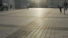 Φίλος και φίλη που οργανώνονται πέρα από το κενό τετράγωνο πόλεων κατά τη διάρκεια του Σαββατοκύριακου, άσκηση φιλμ μικρού μήκους