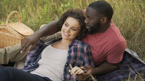 Φίλος και φίλη σε ένα πικ-νίκ στο ψυχαγωγικό πάρκο, ρομαντική ημερομηνία απόθεμα βίντεο