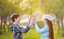 Φίλος παιδιών που απολαμβάνει χτυπώντας τα χέρια στοκ εικόνα με δικαίωμα ελεύθερης χρήσης