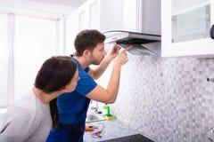 Φίλτρο εξολκέων κουζινών καθορισμού επισκευαστών πέρα από το μετρητή κουζινών στοκ εικόνες με δικαίωμα ελεύθερης χρήσης