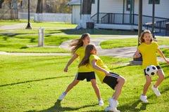 Φίλων ποδόσφαιρο ποδοσφαίρου κοριτσιών teens παίζοντας σε ένα πάρκο στοκ φωτογραφία με δικαίωμα ελεύθερης χρήσης