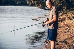 Φίσερ που αλιεύει με την περιστροφή της ράβδου στοκ φωτογραφίες