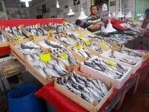 Φίσερ που πωλεί τα ψάρια στην αγορά ψαριών Στοκ φωτογραφία με δικαίωμα ελεύθερης χρήσης