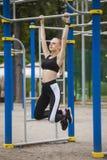 Φίλαθλη άσκηση κοριτσιών στο φραγμό Στοκ Φωτογραφία