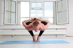 Φίλαθλη γιόγκα άσκησης ατόμων Η στάση οκλαδόν, γιρλάντα θέτει, Malasana Στοκ Εικόνες