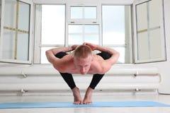Φίλαθλη γιόγκα άσκησης ατόμων Η στάση οκλαδόν, γιρλάντα θέτει, Malasana Στοκ φωτογραφία με δικαίωμα ελεύθερης χρήσης