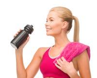Φίλαθλη γυναίκα με το ειδικό μπουκάλι αθλητικών τύπων Στοκ Φωτογραφίες