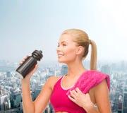 Φίλαθλη γυναίκα με το ειδικό μπουκάλι αθλητικών τύπων Στοκ φωτογραφία με δικαίωμα ελεύθερης χρήσης