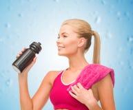 Φίλαθλη γυναίκα με το ειδικό μπουκάλι αθλητικών τύπων Στοκ Εικόνες