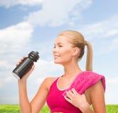 Φίλαθλη γυναίκα με το ειδικό μπουκάλι αθλητικών τύπων Στοκ Φωτογραφία