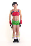 Φίλαθλη γυναίκα που κρατά μια ζώνη άσκησης και στα δύο χέρια Στοκ φωτογραφία με δικαίωμα ελεύθερης χρήσης