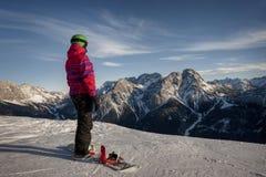 Φίλαθλη γυναίκα στα χιονώδη βουνά Στοκ φωτογραφία με δικαίωμα ελεύθερης χρήσης