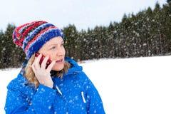 Φίλαθλη συζήτηση γυναικών στο τηλέφωνό της έξω στοκ φωτογραφία