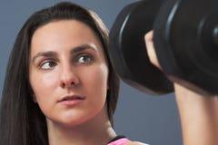 Φίλαθλος ανυψωτικός αλτήρας γυναικών στοκ εικόνα με δικαίωμα ελεύθερης χρήσης