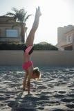 Φίλαθλος που κάνει handstand στην παραλία Στοκ Εικόνες