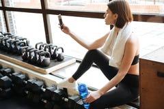 Φίλαθλος που παίρνει selfie με το τηλέφωνο κυττάρων στη γυμναστική Στοκ Εικόνα