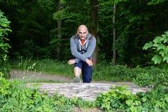 Φίλαθλο άτομο που κάνει τις τεντώνοντας ασκήσεις Στοκ φωτογραφία με δικαίωμα ελεύθερης χρήσης