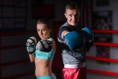 Φίλαθλο ζευγάρι sportswear και στα εγκιβωτίζοντας γάντια Στοκ Φωτογραφίες