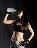 Φίλαθλο θηλυκό πίνοντας και καταβρέχοντας νερό μαχητών μπόξερ ή mma στο πρόσωπό της όμορφη θηλυκή γυναίκα ικανότητας στο Μαύρο Στοκ φωτογραφία με δικαίωμα ελεύθερης χρήσης