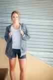 Φίλαθλο θηλυκό που φορά μια με κουκούλα μπλούζα Στοκ φωτογραφία με δικαίωμα ελεύθερης χρήσης