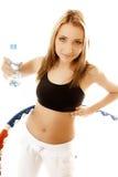 Φίλαθλο κατάλληλο κορίτσι που κάνει την άσκηση με τη στεφάνη hula Στοκ φωτογραφία με δικαίωμα ελεύθερης χρήσης
