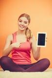 Φίλαθλο κορίτσι με την ταμπλέτα PC Κενή οθόνη copyspace Στοκ Εικόνες