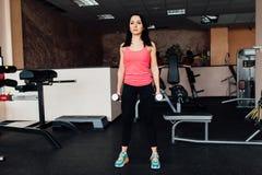 Φίλαθλο κορίτσι που κάνει την άσκηση με τους αλτήρες Στοκ φωτογραφία με δικαίωμα ελεύθερης χρήσης
