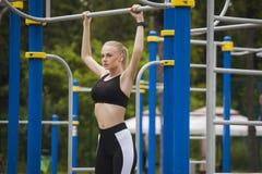 Φίλαθλο κορίτσι που τραβιέται στο φραγμό σε ένα αθλητικό κοστούμι Στοκ Εικόνες