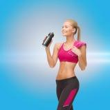 Φίλαθλο πόσιμο νερό γυναικών από το μπουκάλι αθλητικών τύπων Στοκ εικόνα με δικαίωμα ελεύθερης χρήσης