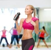 Φίλαθλο πόσιμο νερό γυναικών από το μπουκάλι αθλητικών τύπων Στοκ φωτογραφία με δικαίωμα ελεύθερης χρήσης