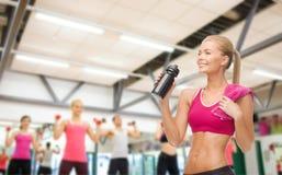 Φίλαθλο πόσιμο νερό γυναικών από το μπουκάλι αθλητικών τύπων Στοκ εικόνες με δικαίωμα ελεύθερης χρήσης