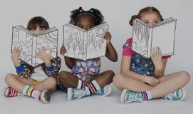 Φίλες παιδιών που διαβάζουν το στούντιο ενότητας εκπαίδευσης βιβλίων στοκ εικόνα