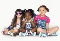 Φίλες παιδιών που χαμογελούν την ενότητα S φιλίας ευτυχίας στοκ εικόνα με δικαίωμα ελεύθερης χρήσης