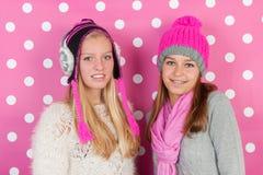 Φίλες πορτρέτου το χειμώνα στοκ εικόνες