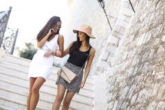Φίλες που περπατούν το καλοκαίρι στοκ φωτογραφία