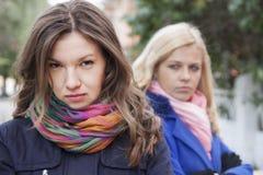 Φίλες που προσβάλλονται Στοκ φωτογραφία με δικαίωμα ελεύθερης χρήσης