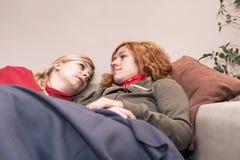 Φίλες που χαλαρώνουν στο σπίτι Στοκ φωτογραφία με δικαίωμα ελεύθερης χρήσης