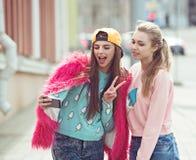 Φίλες Hipster που παίρνουν ένα selfie στην αστική πόλη στοκ εικόνες