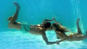 Φίλημα ζεύγους υποβρύχιο στην πισίνα φιλμ μικρού μήκους
