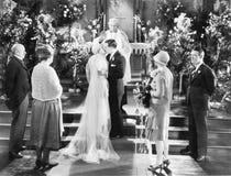 Φίλημα νυφών και νεόνυμφων μετά από τη γαμήλια τελετή (όλα τα πρόσωπα που απεικονίζονται δεν ζουν περισσότερο και κανένα κτήμα δε στοκ εικόνες