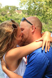 Φίλημα του αμερικανικού ζεύγους μια θερινή ημέρα Στοκ φωτογραφία με δικαίωμα ελεύθερης χρήσης