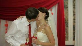 Φίλημα Newlyweds σε ένα εορταστικό γεύμα απόθεμα βίντεο