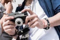 Φίλη και φίλος που απολαμβάνουν τα δροσερά στιγμιότυπα Στοκ εικόνα με δικαίωμα ελεύθερης χρήσης