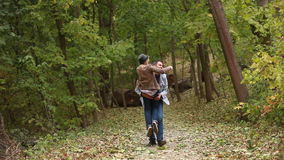 Φίλη και φίλος στο δάσος απόθεμα βίντεο