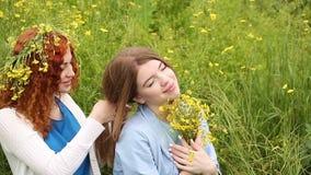 Φίλη κοτσίδων πλεξουδών κοριτσιών απόθεμα βίντεο