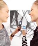 Φίλη με το κινητό AA Στοκ Φωτογραφία