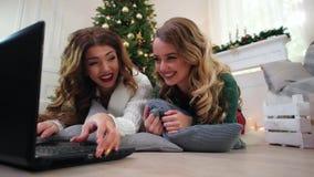 Φίλη που χρησιμοποιεί το lap-top, τυπωμένο κείμενο που επικοινωνεί μέσω του Διαδικτύου, χειμερινή εποχή του χρόνου, οι διακοπές Χ απόθεμα βίντεο